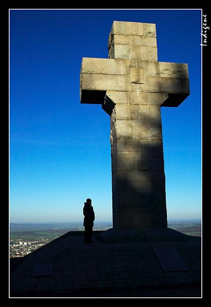 La Croix domine la ville d'Autun