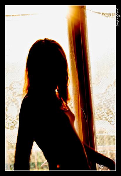 Contre jour devant la fenêtre