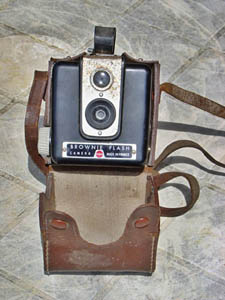 Kodak Brownie Flash dans son sac TP