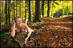 photo Nue sur un tronc d'arbre