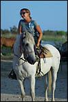 photo La cavalière sur son cheval blanc