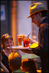 photo Le serveur au chapeau de paille
