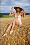 photo La belle asiatique ajuste son chapeau