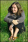 photo Kiluna assise dans l'herbe